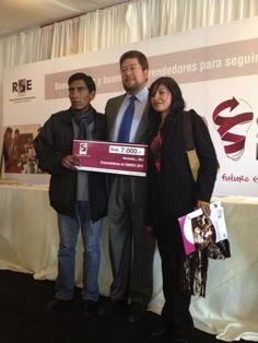 Remberto Siñani, 2do lugar de Emprendeideas 2012.   Productor de muebles con cartón prensado de El Alto.   Ganó el premio de US $ 7.000 al proyecto ecológico.