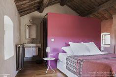 SUBTIL MÉLANGE ENTRE HÔTEL DE CHARME & MAISON D'HÔTES DE LUXE ET DE PRESTIGE Notre maison est située au carrefour de la Provence, du Languedoc et des Cévennes, à proximité de Nîmes, Avignon, Anduze, le pont du Gard. Dans une ambiance conviviale et authentique, propice à la sérénité, plongez dans notre piscine chauffée, relaxez-vous dans notre spa-hammam et restaurez-vous à notre table. Idéal pour un séjour inoubliable dans le Sud. Nous avons fait de la Maison d'Ulysse un lieu à notre image…