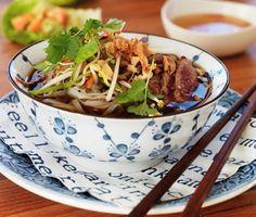 Palmdahls vietnamesiska pho bo är nudlar och biff i buljong från det hälsosamma och smakrika asiatiska köket. Sockerärtor, böngroddar, jordnötter och örter är ingredienser som gör rätten salt och pigg.