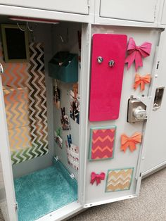 Cute diy locker decor Cute Locker Decorations, Cute Locker Ideas, Diy Locker, Locker Stuff, Sports Locker, School Locker Organization, Middle School Lockers, Locker Designs, Life Hacks For School