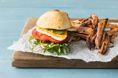 Vegetarian Burger Recipe with Pesto, Haloumi and Sweet Potato Fries Kebab Recipes, Burger Recipes, Vegetable Recipes, Vegetarian Recipes, Vegetarian Burgers, Burger Menu, Hummus Recipe, Pesto Recipe, Chips Recipe