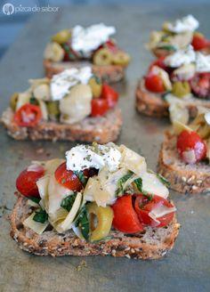 Bruschetta con una mezcla de alcachofas picadas, tomate cherry, aceitunas, albahaca fresca, aceite de oliva y se coloca sobre baguette tostado con ajo y aceite.