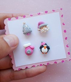 Super cute (maybe an idea for earrings) - Christmas Jewelry Polymer Clay Christmas, Polymer Clay Charms, Polymer Clay Projects, Diy Clay, Clay Crafts, Polymer Clay Jewelry, Clay Beads, Christmas Earrings, Christmas Jewelry
