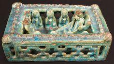 12-13. yüzyıl Selçuklu seramik cami içi maketi. Minber üzerinde bir hoca ve ellerinde Ant Kadehi tutan uzun saçlı Türk beyleri..