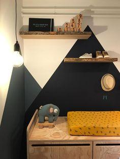 Tip van Thomas: zo verf je schuine vlakken op je muur - Eigen Huis en Tuin Dyi, Happy House, Kidsroom, Kids Bedroom, Diy Furniture, Corner Desk, Baby Boy, New Homes, Woodworking