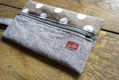 by night: La trousse de la rentrée et son tuto pencil pouch for Brix Zip Pouch Tutorial, Pencil Case Tutorial, Purse Tutorial, Bunny Bags, Diy Sac, Couture Sewing, Leather Pouch, Zipper Pouch, Drawstring Pouch