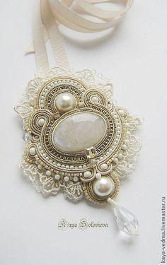 Beautiful cream beaded soutache necklace with lace Soutache Pendant, Soutache Necklace, Diy Necklace, Wire Jewelry, Jewelry Crafts, Beaded Jewelry, Handmade Jewelry, Embroidery Jewelry, Beaded Embroidery