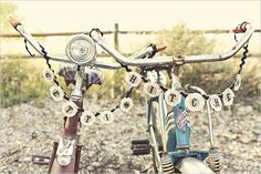 "cute ""just hitched"" sign on bikes @ http://www.blogdetwin.com  Bodas del Blog de Twin"