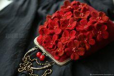Валяная сумка «Любовь» - купить или заказать в интернет-магазине на Ярмарке Мастеров | В ожидании весны творю сумочки. Нежные, весенние,… Felt Clutch, Felt Purse, Diy Purse, Beaded Bags, Beaded Jewelry, Frame Purse, Love Craft, Wet Felting, Cloth Bags