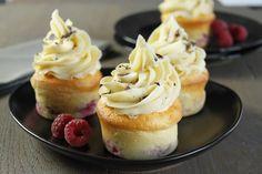 Faites fondre le chocolat amandesavec la crème. Ajoutez20 g debeurre et placez au réfrigérateur dans une poche à douille crantée1 heure. Préchauffez votre four Th.6/7 (200°C). Mélangez le yaourt, les oeufs, la farine, le sucre, le reste de beurre fonduet la levure. Versez dans 6 moules à muffins beurrés, ajoutez les framboises en les enfonçant un peuet faites cuire 20 minutes. Laissez refroidir 30 minutes et ajoutez dessus un gros choux de crème chocolat amande. Décorez de coupeaux...