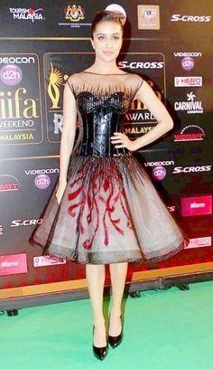 Shraddha Kapoor at IIFA Rocks Green carpet Bollywood Photos, Bollywood Stars, Bollywood Fashion, Bollywood Actress, Bollywood Outfits, Prettiest Actresses, Beautiful Actresses, Shraddha Kapoor Cute, Sraddha Kapoor