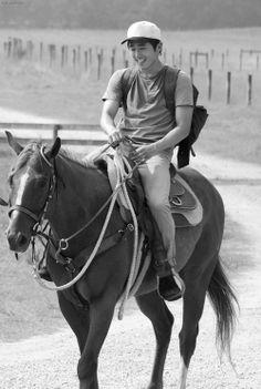 Glenn Rhee - Steven Yeun, The Walking Dead Is this a hackamore on that horse's head? Glenn The Walking Dead, The Walk Dead, Walking Dead Season, Twd Glenn, Glenn Rhee, Steven Yuen, Best Zombie, Stuff And Thangs, Daryl Dixon