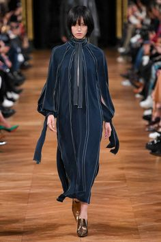 Stella McCartney Fall 2020 Ready-to-Wear Fashion Show - Vogue 2000s Fashion, Vogue Fashion, Fashion 2020, Fashion News, Runway Fashion, Couture Mode, Style Couture, Couture Fashion, Fashion Week Paris