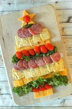 Easy Holiday Party Appetizers: Cheese, Cracker and Sausage Christmas Tree – Ho. Easy Holiday Party Appetizers: Cheese, Cracker and Sausage Christmas Tree – Ho… – Holiday Party Appetizers, Christmas Party Food, Xmas Food, Snacks Für Party, Christmas Cooking, Christmas Desserts, Christmas Tree, Christmas Cheese, Christmas Dinners