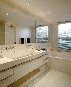 Banheiro Branco e Bancada Linear