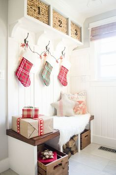 Holiday Housewalk 2015 | Classic & rustic Christmas Mudroom decor: Gather inspiration from the Holiday Housewalk 2015 with a modern farmhouse decorated for Christmas using rustic and classic decor.