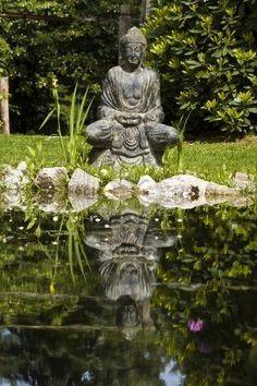budha-standbeeld-en-zijn-spiegelbeeld-in-de-vijver