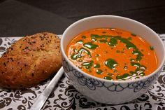 Tomatsuppe med mascarpone og basilikumsolie + krydrede hvidløgsflutes