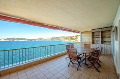 Dieses 2 Schlafzimmer Apartment befindet sich in 1. Meereslinie, in einer ruhigen Gemeinschaftsanlage mit Pool und Sonnenterrassen, sowie direktem Zugang zum Meer, in Santa Ponsa auf Mallorca. Die Wohnung verfügt über eine ca. 20 qm überdachte Terrasse, welche ein idealer Ort ist, das Leben im Freien zu genießen. Kaufpreis: 450.000 Euros
