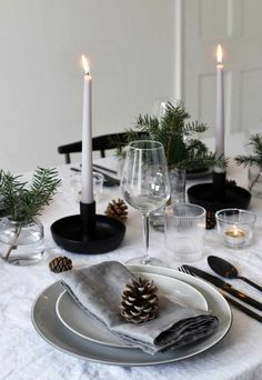 Minimalist Christmas table styling with fir, candles & pine .- Minimalist Christmas table styling with fir, candles & pine cones Minimalist Christmas table styling with fir, candles & pine cones Christmas Table Centerpieces, Christmas Table Settings, Christmas Tablescapes, Holiday Tables, Holiday Parties, Christmas Candles, Christmas Entertaining, Dinner Parties, Minimalist Christmas