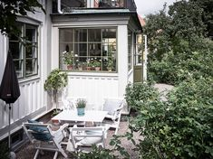 Ideas and inspiration Porch Garden, Home And Garden, Us White House, House Of Philia, Random House, House Entrance, My Secret Garden, Cottage Homes, Traditional House