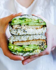Craving these vegan sushi sandwich with tofu and avocado by Denise Yummy! Sushi Wrap, Sushi Sandwich, Sushi Burger, Plats Healthy, Onigirazu, Whole Food Recipes, Cooking Recipes, Healthy Snacks, Healthy Eating