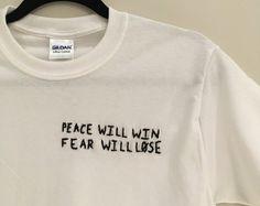 Zwanzig eines Piloten, Wir nicht glauben, was im TV läuft bestickte T-Shirt   100 % Baumwolle Unisex T-Shirt  Alle Artikel sind von mir bestickt, und jedes Shirt haben leichte Unterschiede  Jedes T-Shirt wird auf Bestellung gefertigt.  In 5 bis 7 Tagen an Sie geliefert