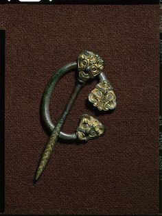 Ringspænde af bronze med forgyldning. Høm, Sorø Amt. Enkeltfund fra mark, vikingetid.