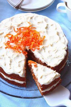 Porkkana tekee kakusta niin ihanan kostean, mehevän ja pehmeän. Tällä kertaa halusin laiskuuksissani ohjeen, jossa aineet vain sekoitetaan kes… Cheesecake, Baking, Desserts, Recipes, Food, Cheesecake Cake, Bread Making, Tailgate Desserts, Deserts