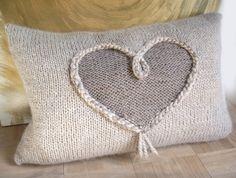 Kissen-Hülle mit Herz-Motiv selber stricken: Strick Dir ein Kissen mit…