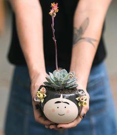 Último día de 3X2 del año Y que divertido como siempre jardinear sin parar. Dto. válido en efvo. #suculentas #succulents #succulove #succulentonly #macetas #planter #pots #fridakahlo #potitstore #palermoviejo Clay Pot Crafts, Cement Crafts, Clay Vase, Clay Pots, Planting Succulents, Planting Flowers, Mexican Patio, Flower Pot People, House Plants Decor