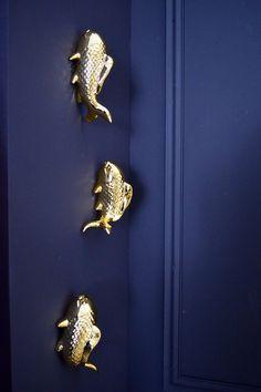 Décorez votre intérieur avec ce lot de 3 poissons Koi en céramique dorée ! Ces décorations murales viendront compléter votre décoration tropicale à la perfection. Salon Art Deco, Decoration, Brooch, Home Improvement, Decorating Tips, Wall Decorations, Pisces, Spirit, Dekoration
