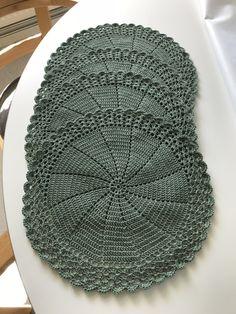 Mönster till virkade tallriksunderlägg | GarnkontoretiBjörkå Knitted Mittens Pattern, Knit Mittens, Stick O, Crochet Home, Projects To Try, Crochet Patterns, Rugs, Crafts, Diy
