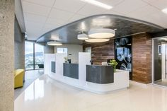 Taylor Design designed the new Ambulatory Care Center Floor Heart & Vascular Clinic Renovation for the UCSF Medical Center located in San Francisco, California. Clinic Interior Design, Interior Design Portfolios, Lobby Interior, Clinic Design, Design Offices, Medical Office Design, Modern Office Design, Healthcare Design, Healthcare Architecture