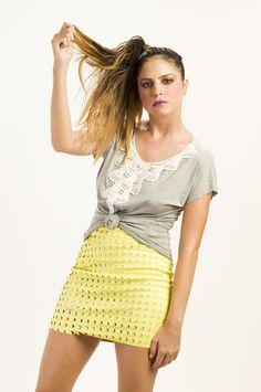 T-shirt mescla com bordado na gola. Modelagem solta. Disponível em 3 tamanhos P, M e G.