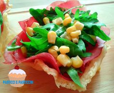 Cestini di parmigiano con bresaola e rucola, ossia come rivisitare uno di quei classici che non può di certo mancare sulle tavole estive.