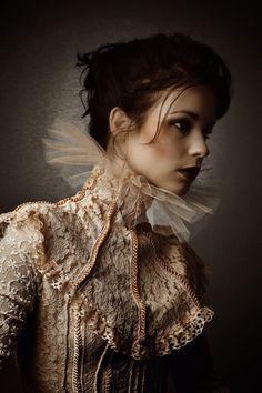 bordados y tul, podemos encontrar la inspiración en gorgeras del renacimiento