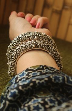Bridal Bangles, Silver Bangles, Bridal Jewelry, Jewelry Gifts, Silver Jewellery, Jewelry Ideas, Bridal Henna Designs, India Jewelry, Photo Jewelry