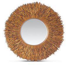 Espelho com moldura de palitos de fósforos.