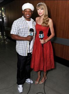 Sway and Taylor Swift backstage at VMAs rehearsals. <3 T's dress!