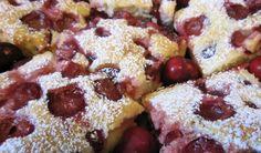 Gyors és finom cseresznyés pite jellegű sütemény, aminek a vajtól és a tejtől omlós, könnyed tésztája van. Bármilyen édesen savanyú gyümölcsből is elkészíthetjük.
