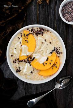 Porridge ai cachi con crema di mandorle e fave di cacao