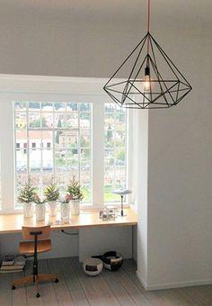 Lampada a sospensione in ferro dal design minimale e raffinato.