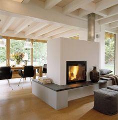 Panoramakamin im Wohnzimmer mit bodentiefen Fenster