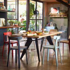 Inspirée des chaises en bois classiques très populaires en Europe, la All Plastic Chair allie parfaitement l'esthétique et la fonction. Le designer Jasper Morrison crée cette chaise entièrement en plastique, la rendant à la fois légère et résistante.