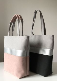 Gold leather bias tape b/t different coloured denims - DIY BAGS Diy Bags Purses, Purses And Handbags, Leather Handbags, Leather Bag Pattern, Sacs Design, Diy Handbag, Denim Bag, Fabric Bags, Bag Patterns