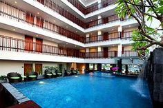 Sun Royal Bali terletak di Jalan Sunset Road, Kuta. Kamar-kamar di Sun Royal Bali dilengkapi dengan tempat tidur nyaman, pendingin ruangan, pengering rambut, TV LCD + saluran kabel, hingga akses internet nirkabel. Di luar kamar, wisatawan bisa menikmati kolam renang yang dapat terlihat dari dalam kamar. Asik, kan?