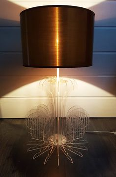 Prototype de lampe en plexiglass en forme de tªte de cerf sur un