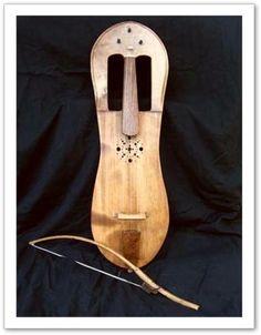 Le plus ancien et le plus emblématique des instruments traditionnels gallois, sest éteinte au cours du XVIIIe siècle, sans doute en partie étouffée par la popularité du violon.   On le prononce crouth et se joue la plupart du temps avec un arché.   Même si on pense tout de suite au violon, il na rien à voir avec ce dernier, et se rapproche plus naturellement de la harpe !