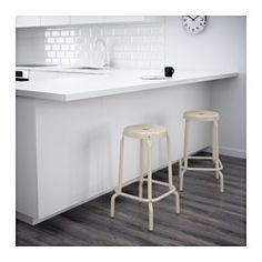 IKEA - RÅSKOG, Baarijakkara, Istuimessa oleva reikä helpottaa jakkaran siirtämistä.Muoviset jalat suojaavat kalustetta, jos se joutuu kosketuksiin kostean pinnan kanssa.Jalkatuen ansiosta jalat saavat levätä.